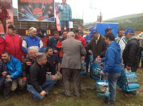Pınarbaşı belediye başkanı, katılan tüm yarışmacılara hediye dağıttı.