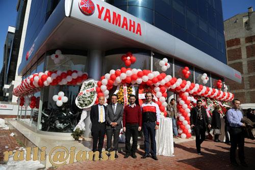 Açılışta Yamaha Motor Sanayi Tic.Lti.Şti. Direktörü Toshiharu Yamada, Yamaha Anadolu'nun sahibi Bahadır İmrehan, Yamaha Satış Pazarlama Müdürü Nihat Çadırcı ve Servis Müdürü Caner Akkafa ajans objektifine birlikte poz verdiler..